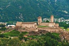 Vista di bella città di Bellinzona in Svizzera con il castello di Castelgrande da Montebello Immagine Stock
