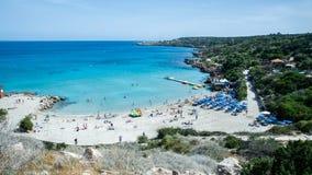 Vista di bella spiaggia e del mare blu fotografia stock libera da diritti