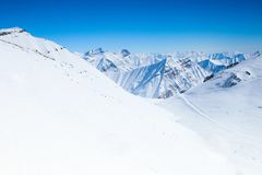 Vista di belle montagne di inverno Immagini Stock