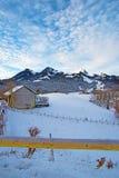 Vista di belle montagne nevose vedute dalla città di Gruy Immagini Stock