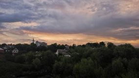 Vista di bellezza del cielo con le nuvole, l'architettura, la foresta ed il paesaggio Immagine Stock