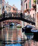 Vista di bello canale colorato di Venezia fotografia stock