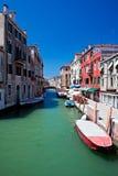 Vista di bello canale colorato di Venezia immagine stock libera da diritti
