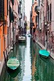 Vista di bello canale colorato di Venezia fotografia stock libera da diritti
