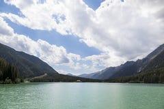 Vista di bello lago della montagna in alpi italiane. Fotografia Stock