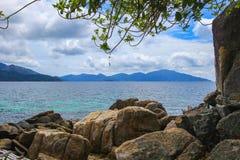 Vista di bello mare da una riva Fotografia Stock Libera da Diritti