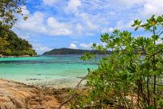 Vista di bello mare da una spiaggia Fotografie Stock Libere da Diritti