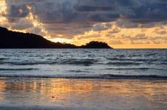 Vista di bello tramonto sopra il mare delle Andamane immagine stock