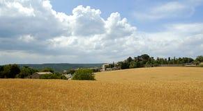 Vista di bello villaggio di Murs attraverso un campo dell'orzo Immagine Stock Libera da Diritti
