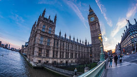 Vista di Big Ben e la Camera del Parlamento a Londra al tramonto fotografia stock libera da diritti