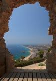 Vista di Blanes attraverso l'arco di pietra al castello di St John Costa Brava Fotografia Stock