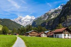 Vista di Bluemlisalp sul percorso d'escursione Immagini Stock Libere da Diritti