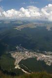 Vista di Busteni dalla montagna di Caraiman Immagine Stock