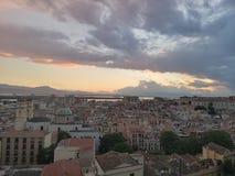 Vista di Cagliari Sardegna al crepuscolo con scarsa visibilità Immagine Stock Libera da Diritti