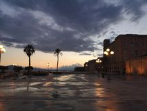 Vista di Cagliari Sardegna al crepuscolo con scarsa visibilità Fotografie Stock