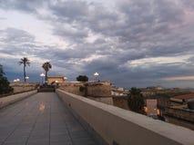 Vista di Cagliari Sardegna al crepuscolo con scarsa visibilità Fotografia Stock Libera da Diritti