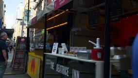 Vista di camminata 4k S.U.A. del mercato dell'alimento della via di tramonto di New York Manhattan stock footage