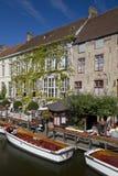 Vista di Canalside da Dijver, Bruges immagini stock libere da diritti