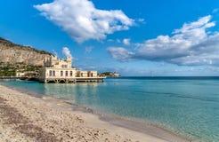 Vista di Charleston, l'istituzione della spiaggia di Mondello sul mare a Palermo, Sicilia Immagine Stock