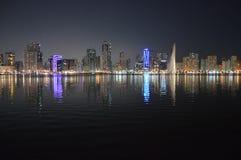 Vista di Chornich Sharjah alla notte Immagine Stock Libera da Diritti