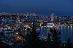 Vista di Città Vecchia della spaccatura e di là durante l'ora blu Immagine Stock