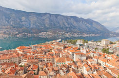 Vista di Città Vecchia e di una baia di Cattaro, Montenegro Fotografia Stock