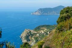 Vista di Corniglia dalla montagna Terre di Cinque L'Italia immagine stock