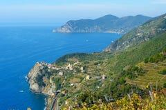 Vista di Corniglia dalla montagna Terre di Cinque L'Italia immagine stock libera da diritti