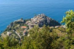 Vista di Corniglia dalla montagna Terre di Cinque L'Italia fotografia stock