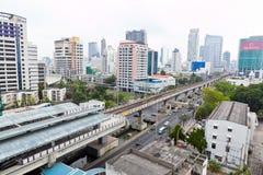 Vista di costruzione e della via sulla strada di Sathorn Immagine Stock
