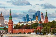 Vista di Cremlino dell'argine di Mosca con traffico stradale ed i grattacieli della città Immagine Stock