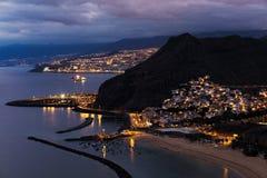 Vista di crepuscolo di bella città di Tenerife di San Andres con la capitale Santa Cruz de Tenerife nei precedenti Fotografia Stock Libera da Diritti