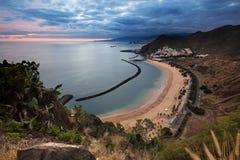 Vista di crepuscolo di bella città di Tenerife di San Andres con la capitale Santa Cruz de Tenerife nei precedenti Fotografie Stock Libere da Diritti