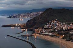Vista di crepuscolo di bella città di Tenerife di San Andres con la capitale Santa Cruz de Tenerife nei precedenti Fotografia Stock