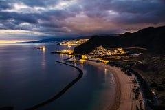 Vista di crepuscolo di bella città di Tenerife di San Andres con la capitale Santa Cruz de Tenerife nei precedenti Immagini Stock Libere da Diritti