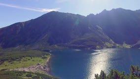 Vista di Czarny Staw Gasienicowy di estate, montagne di Tatra, Polonia video d archivio