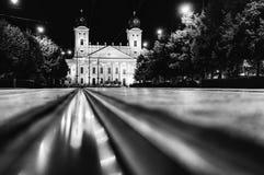 Vista di Debrecen, Ungheria del centro urbano, alla notte, con reflec fotografia stock