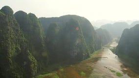 Vista di delta del fiume del coc di Tam da Hang Mua Peak nel Vietnam video d archivio