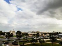 Vista di destra di Al Khuwair Zawawi Mosque davanti alla strada principale di Muscat Fotografia Stock