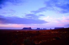 Vista di distanza della valle del monumento con incandescenza di tramonto nel crepuscolo Fotografie Stock