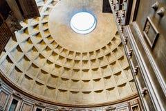 Vista di entrare del panteon con il sole in tutto il soffitto a Roma Italia Immagine Stock Libera da Diritti