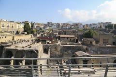 Vista di Ercolano sopra il sito archeologico romano antico, vicino a Napoli, l'Italia fotografie stock