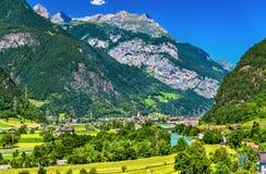 Vista di Erstfeld, un villaggio in alpi svizzere Fotografie Stock Libere da Diritti