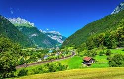 Vista di Erstfeld, un villaggio in alpi svizzere Fotografia Stock