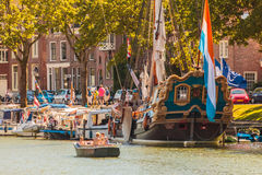 Vista di estate con la gente su una piccola barca in Weesp Immagini Stock