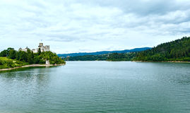 Vista di estate del castello di Niedzica (o castello di Dunajec) (Polonia). Fotografia Stock