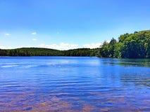 Vista di estate del parco di stato di Burr Pond fotografie stock libere da diritti