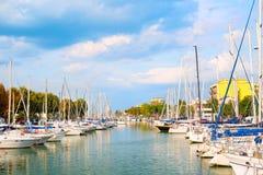 Vista di estate del pilastro con le navi, gli yacht ed altre barche a Rimini, Italia immagini stock libere da diritti