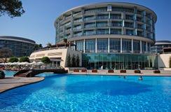 Vista di estate dell'hotel di località di soggiorno di lusso Immagine Stock Libera da Diritti