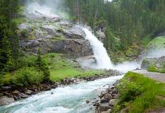Vista di estate della cascata delle alpi Fotografia Stock